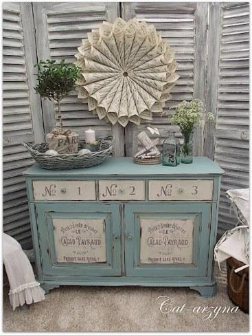 Adorable mueble pintado de tipografía francesa.
