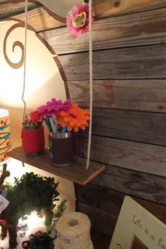 Haga un estante antiguo increíble usando una lama de madera y una cuerda.